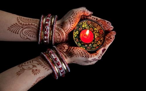 diwali-hand-lightU_3491139b.jpg